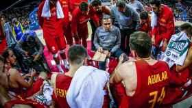 Sergio Scariolo da instrucciones a los jugadores de la selección española en un partido de las ventanas FIBA. Foto: fiba.basketball