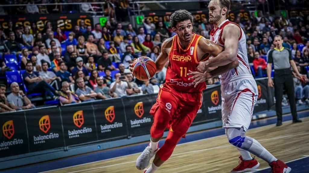 Sebas Saiz controla el balón en el España - Turquía. Foto: fiba.basketball