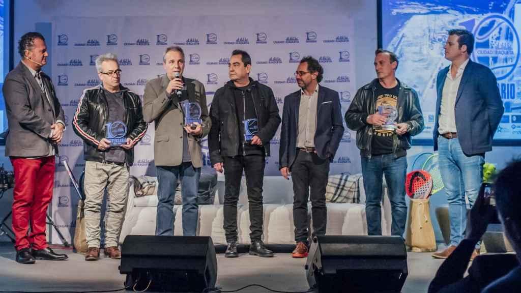 Hombres G reciben su premio en la Gala X Aniversario de Ciudad de la Raqueta. Foto: Baldesca Samper