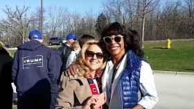 Alva Johnson (derecha) en uno de los actos de campaña de Trump en 2016.