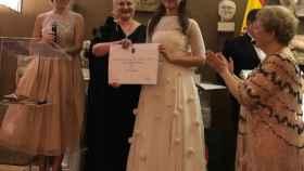 Mónica Lavino entregando el segundo premio a Lidia Samson, joven pianista austríaca.
