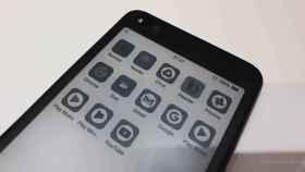 Probamos el Hisense A6, un móvil con una segunda pantalla de tinta electrónica