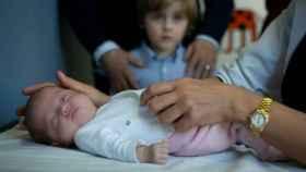 La bebé María, después de haber sido operada con éxito del corazón.