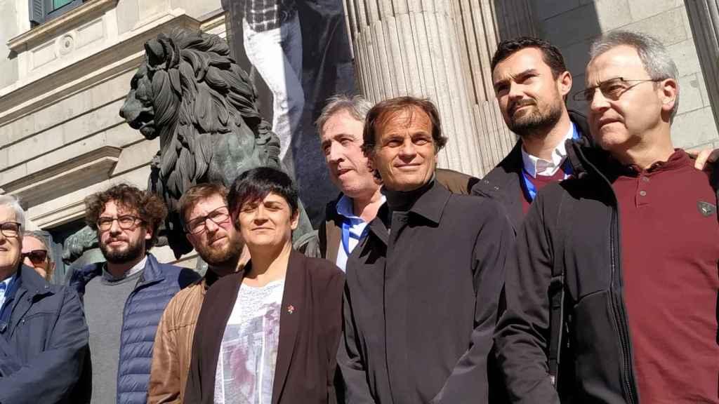 Miguel Urban, europarlamentario de Podemos, junto a la exdiputada de Bildu Marian Beitialarrangoitia; el exalcalde de Pamplona, Joseba Asiron, y Jaume Asens (En Comú), entonces teniente alcalde de Barcelona, ante los leones del Congreso.