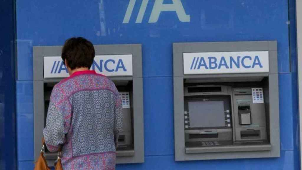 Imagen de un cajero automático de Abanca.