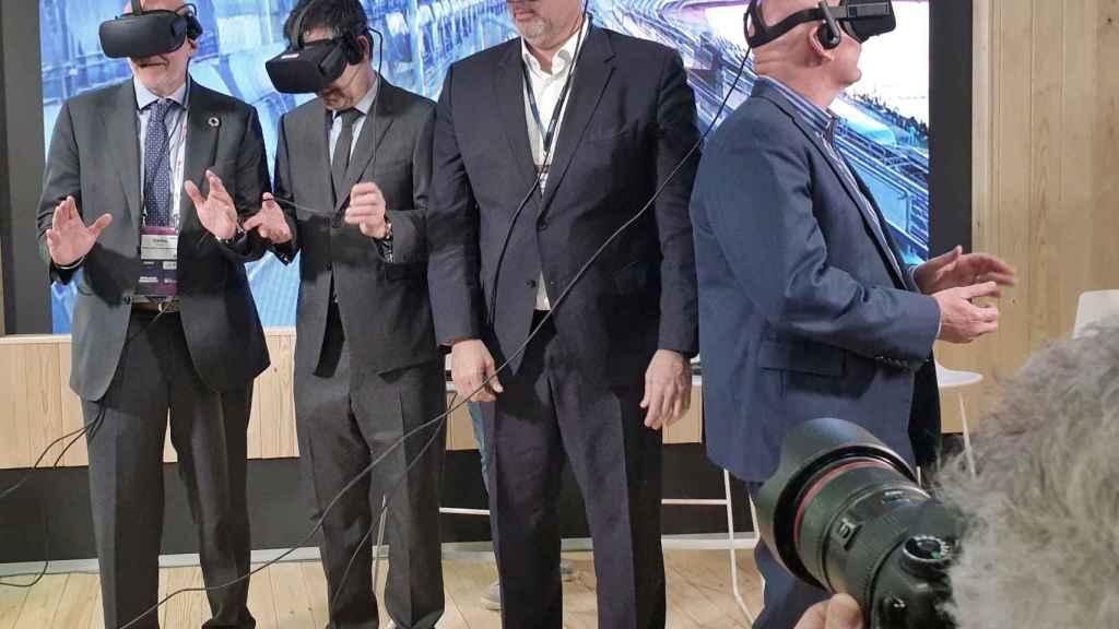 Carles Grau, de Mobile World Capital, Josep María Bartomeu, presidente del FC Barcelona, Emilio Gayo, presidente de Telefónica y John Hoffman, CEO de GSMA, prueban las gafas de realidad virtual.