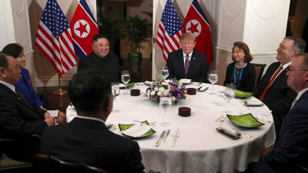Los dos líderes junto a sus asesores, en la cena oficial.