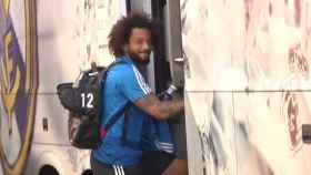 Marcelo, alentado por una aficionado al subir al autobús