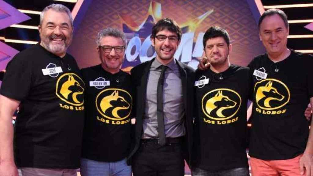En el centro Juanra Bonet, presentador de 'Boom' con el equipo Los Lobos. José Pinto, a la izquierda de la imagen.