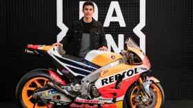 Marc Márquez posando junto a su moto y el logo de Dazn, en una imagen de archivo.