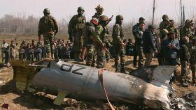 Soldados indios junto a un helicóptero de la Fuerza Aérea India estrellado en Bugdam, cerca de Cachemira.