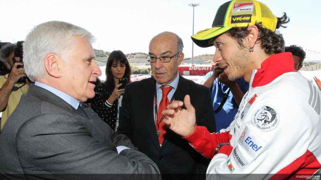 Vasile charla con Valentino Rossi.