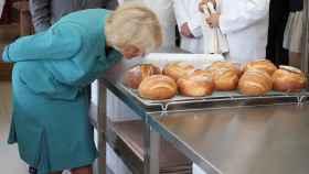 Camilla de Inglaterra oliendo pan.