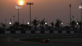 Jorge Lorenzo pilota su Honda RC213V bajo los focos del circuito qatarí de Losail.