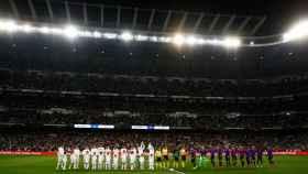 Los jugadores del Real Madrid y el FC Barcelona saludan a los espectadores del Santiago Bernabéu