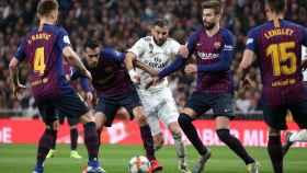 Karim Benzema intenta colarse dentro de la defensa del Barça