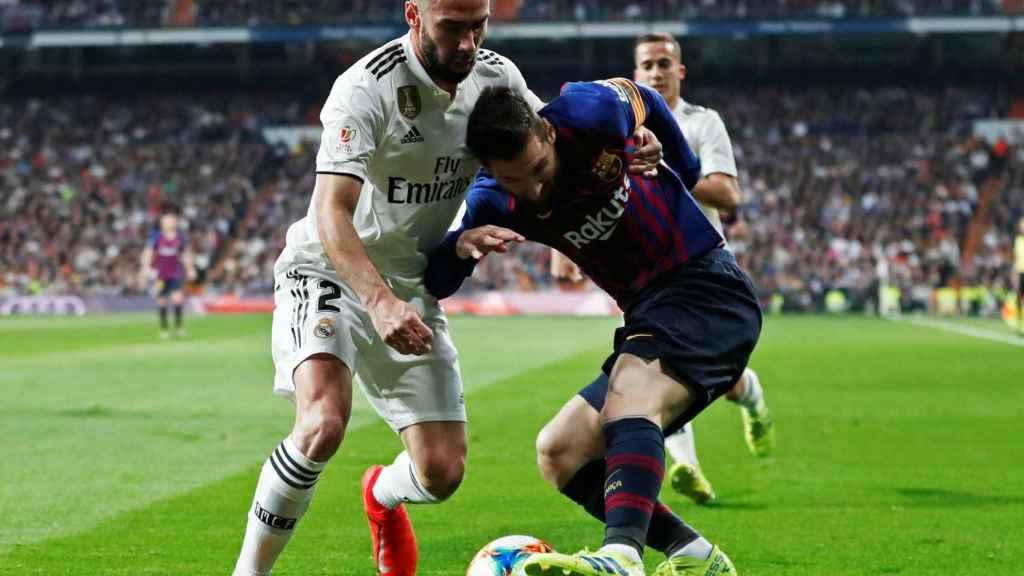 Carvajal y Messi forcejean por una pelota