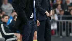 Valverde y Solari miran a sus jugadores desde la banda