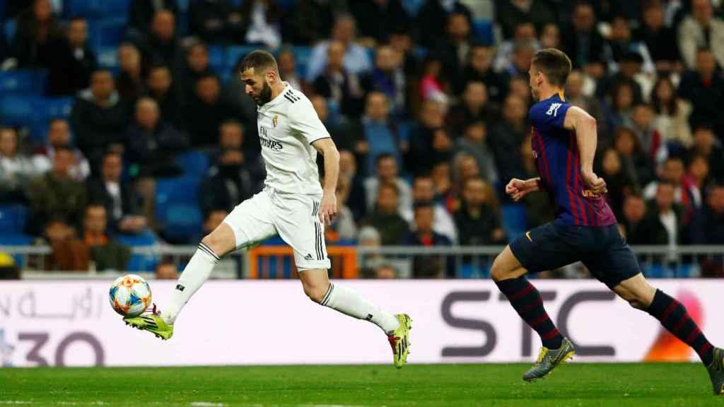 Karim Benzema intenta comenzar una contra para el Real Madrid