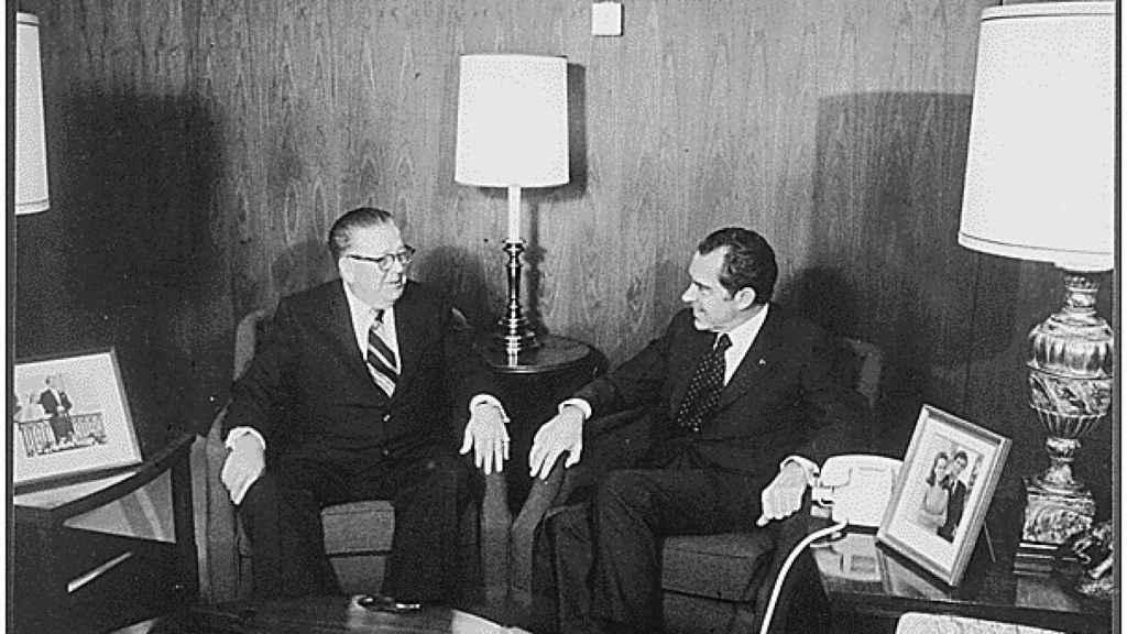 Frank Fitzsimmons, sucesor de Hoffa como presidente de la Hermandad, con Richard Nixon en 1973.