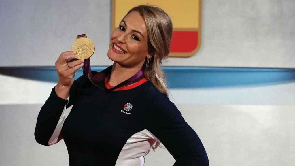 Lydia Valentin posa con la medalla olímpica de Londres 2012