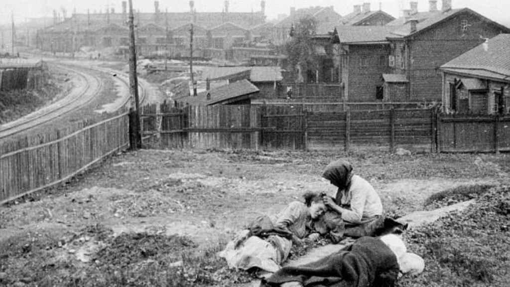 Una familia rural ucraniana, muriéndose de hambre durante el periodo conocido como Holodomor.