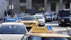 Coches de autoescuela saliendo de la Jefatura de Tráfico. Foto: Europa Press