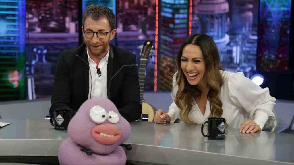 Pablo Motos y Mónica Naranja, en un divertido momento de 'El Hormiguero' de este jueves.