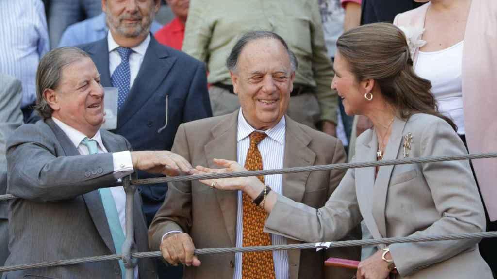 Fernando Falcó, Carlos Falcó y la infanta Elena en la feria de San Isidro en el año 2012.
