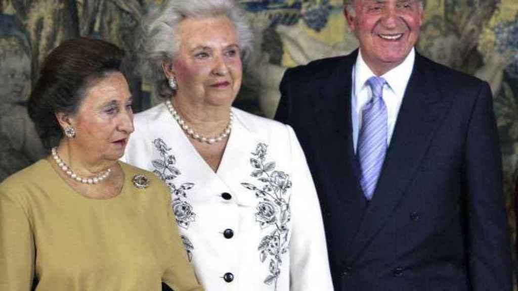 Juan Carlos I junto a sus hermanas, la infanta Pilar y la infanta Margarita.