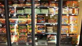 La sección de pizzas de un gran supermercado.