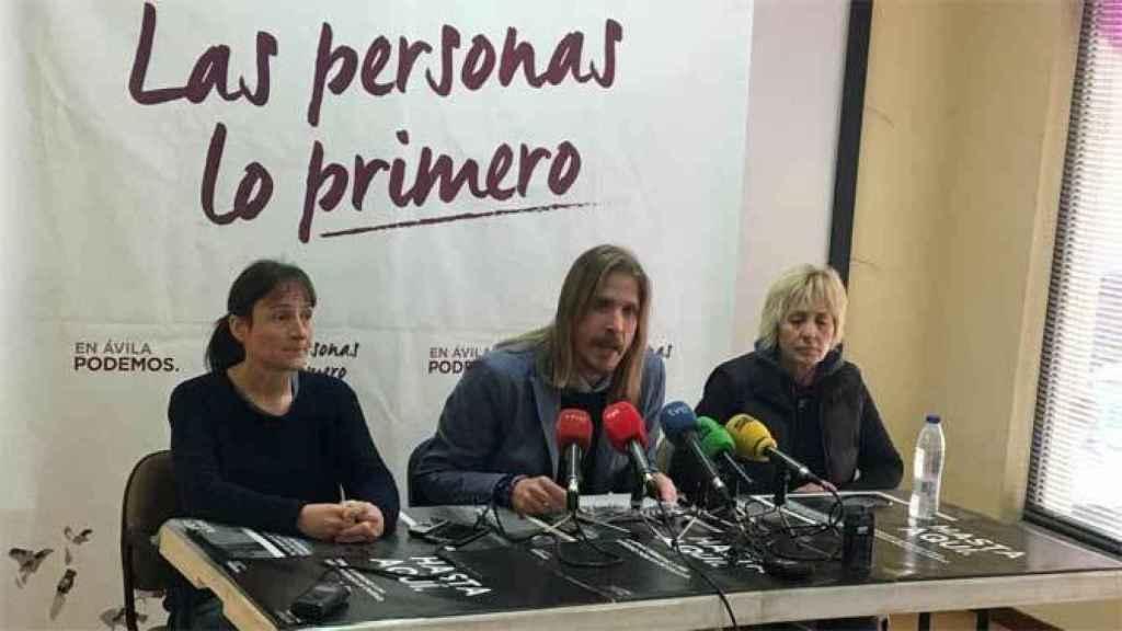 Pilar Baeza, a la derecha, junto a Pablo Fernández, secretario general de Podemos en Castilla y León, en el centro.