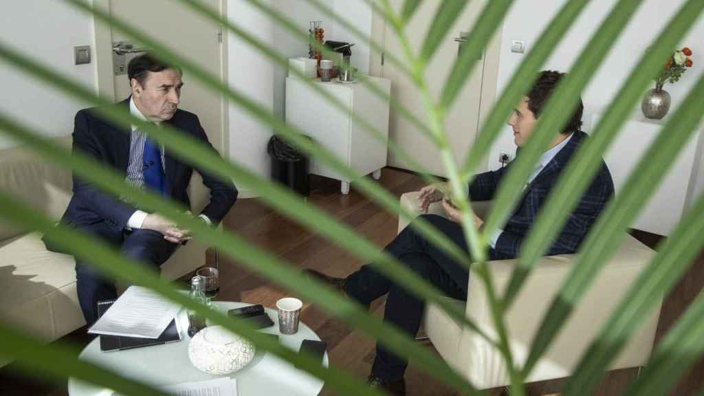 Pedro J. Ramírez durante la entrevista con Albert Rivera en su despacho del Congreso.