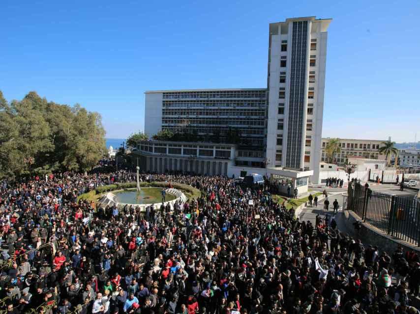 Miles de personas se concentran en contra del presidente Abdelaziz Bouteflika.