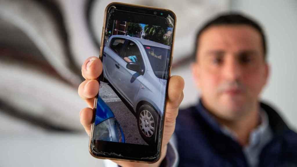 José Antonio mostrando un momento de un vídeo en el que la madre de sus hijos le atraviesa el coche para impedir la libre circulación de su vehículo.