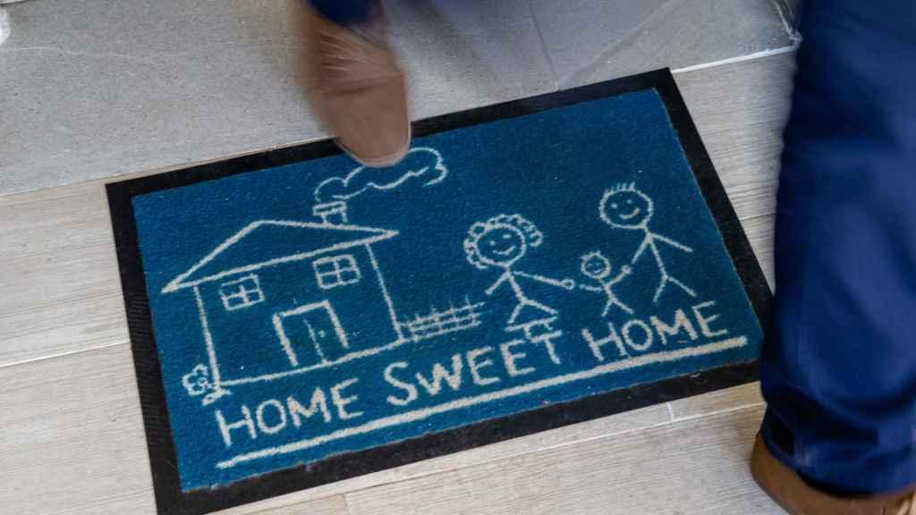 La leyenda de 'Hogar, dulce, hogar' en el acceso al domicilio de José Antonio y María.