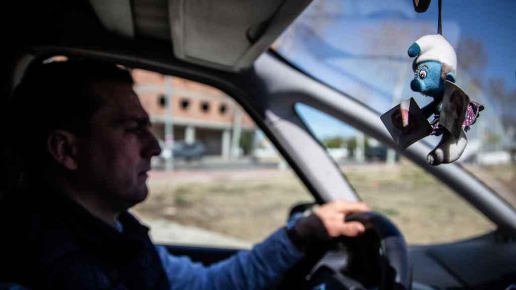 Un pitufo, regalo de su hijo, cuelga del espejo retrovisor del coche de José Antonio desde su ausencia.