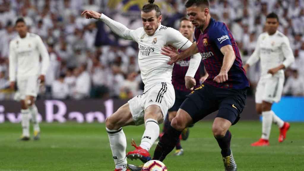 Gareth Bale intenta robar el balón a Lenglet