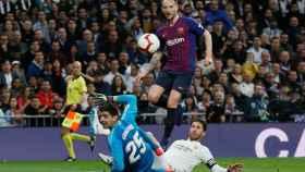 Rakitic supera a Courtois en un mano a mano para anotar el primer gol en El Clásico