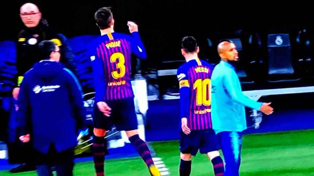 Gesto de Gerard Piqué a la grada del Santiago Bernabéu
