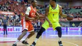 Kevin Seraphin controla el balón ante la presión de Kevin Tumba en el UCAM Murcia - Barcelona Lassa de la Liga ACB