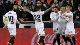 Los jugadores del Valencia celebran el gol de Rodrigo ante el Athletic en La Liga