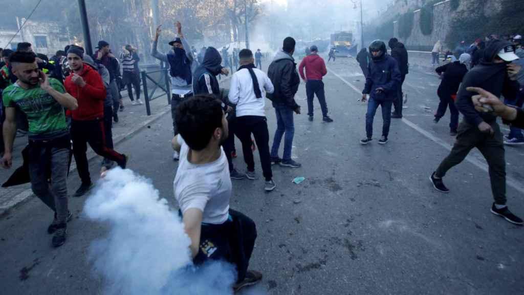 Manifestantes se enfrentan a la policía durante una protesta contra el presidente Bouteflika.