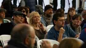 Pilar Baeza, la candidata de Podemos condenada por asesinato, escondida entre el público en el acto de precamapña en Valladolid.