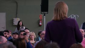 Pablo Fernández, líder de Podemos Castilla y León, pronuncia su discurso ante la mirada de Pilar Baeza.