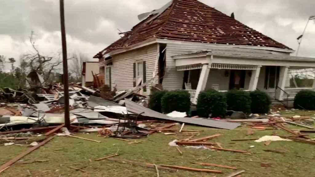 Una casa derruida por el tornado en el condado de Lee.