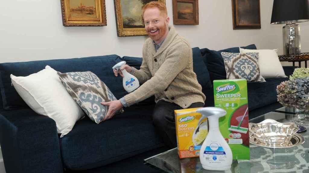 Un actor de 'Modern family' limpiando su casa.