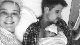Miriam Nervo y Uri Sabat junto a su hija recién nacida.