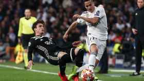 Lucas Vázquez intenta evitar la entrada de Nicolas Tagliafico