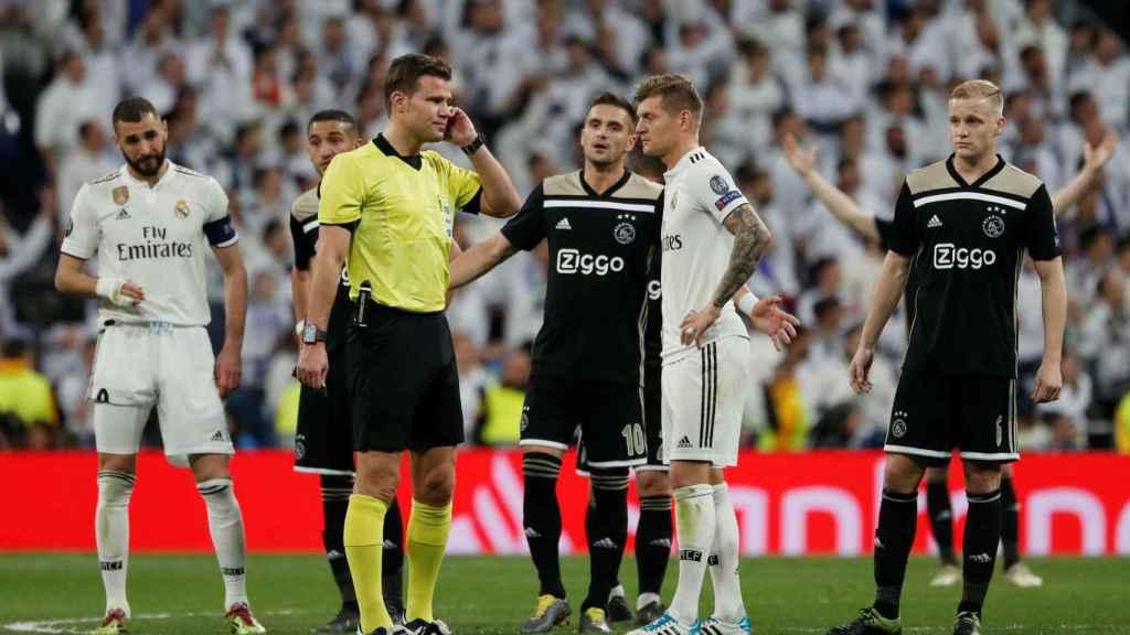 El VAR concede el tercer gol del Ajax